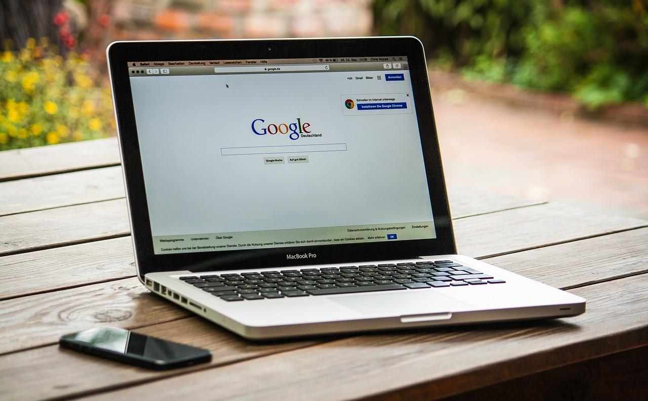 Crear una página de Google My Business permite a empresas, organizaciones y a todo tipo de marcas o entidades tener una mayor presencia en internet, gracias a la publicación simultánea de los datos en la empresa en Google Maps y en Google My Business y los propios resultados de búsqueda.