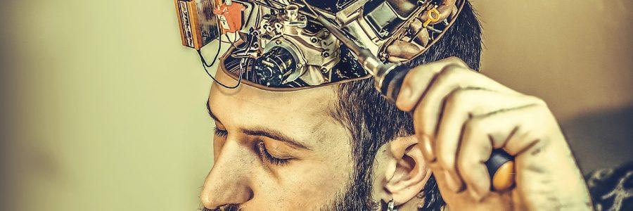 Los expertos en neuromarketing están muy solicitados, sobre todo por su capacidad de adelantarse a las intenciones de los clientes, algo vital teniendo en cuenta que el 95% de la decisión de compra se realiza de forma inconsciente. Si estás pensando en dedicarte a ello de forma profesional y quieres saber qué hay que estudiar, cuánto se puede llegar a ganar o qué salidas laborales hay en el mercado, no dejes de leer este artículo sobre cómo convertirse en experto en neuromarketing. ¿Qué hace un experto en neuromarketing? El experto en neuromarketing debe hacer uso de las técnicas del marketing en conjunto con la neurociencia para llegar de forma efectiva a la mente del consumidor. Su objetivo no es manipular el proceso de compra, sino averiguar a qué estímulos responde una persona y a cuáles no para construir proyectos funcionales, a la medida del cliente. El profesional del neuromarketing debe identificar esos estímulos mediante ciertas herramientas, como los gráficos de publicidad o los mapas de calor, para descubrir dónde fija cada individuo la atención. La medición y los resultados de estos estímulos o indicadores serán aplicados a las estrategias publicitarias. La investigación del mercado es, por tanto, el rol principal de un experto en neuromarketing. Lejos de crear un camino empinado para el consumidor, debe delimitar con suma precisión sus trazos para conducir e influir en su conducta. Por ejemplo, a la hora de diseñar la composición de los elementos de venta en un supermercado, se requiere la intervención de un especialista en neuromarketing para analizar y definir la ubicación de los productos en el lineal, la música y su volumen según los horarios, el tipo de carrito a utilizar o el color de la pared. Cada elemento tiene un sentido y una razón de ser en base a estadísticas y datos precisos.