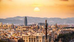 """Disputa por los candidatos Ello promete una guerraentre las empresas para atraer hacia sus sedes los mejores candidatos. Barcelona, a nivel de salarios y pese a que Sánchez Llibre, como representante empresarial, la ha tachado de""""competitiva"""", se ve superada por varias de sus competidoras. En la ciudad condal el sueldo medio de una profesión relacionada con el talento digital es de alrededor de 34.000 euros anuales. EnParíslas compañías pagan el 40% más, enAmsterdamel 50% y enLondreshasta el 96% más de media. Para plantar batalla en la disputa por atraer el talento de fuera y conservar el autóctono, el director del programa Barcelona Digital Talent deMWCapital,Jordi Arrufí, ha instado a las administraciones a plantear nuevas medidas proactivas para atraer el talento, no fiar a la inercia que esté acabe escogiendo Barcelona. En este sentido ha propuesto la creación de una """"Tech Visa"""", es decir, un permiso de trabajo especial relacionado con ofertas de empleo tecnológicas. Este modelo ya existe en la vecina Portugal, al igual que en otros países como Chile, México o Canada. Actualmente, según el estudio, el 30% de los profesionales TIC son nacidos fuera de Barcelona. Otra medida que plantea el informe del Barcelona Digital Talent esreciclar el talentoque ya reside en la capital catalana pero que se dedica a otros menesteres. Readaptar, en un sentido tecnológico, a arquitectos, biólogos o geólogos, según ha puesto como ejemplo Arrufí, es otra de las vías para abrir vetas de talento con el que cubrir la acuciante carestía."""