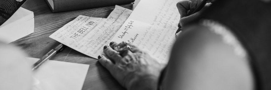 mente Reinvéntate con el nuevo coaching neurocaligráfico Otros títulos publicados en Libros Cúpula Este libro te ayudará a vivir sin miedos, a superar complejos y a erradicar creencias limitantes con tan solo 15 minutos diarios de ejercicios neurocaligráficos. Asimismo, te enseñará cómo entrenar a los tuyos (familiares, colaboradores, alumnos o empleados) para que obtengan estos mismos beneficios. Su autor, Joaquim Valls, es doctor, neuropsicólogo y coach neurocaligráfico. De joven padeció trastorno por déficit de atención e hiperactividad y todavía hoy es propenso al estrés y a la ansiedad. Incluso a los 37 años sufrió una profunda depresión que superó tras un año de ejercicios neurocaligráficos. Después de esa experiencia ideó la Programación Neurocaligráfica (método Kimmon), para ayudar a su hija, también aquejada de TDAH, y a todas las personas a vivir sin angustia de una manera fácil y cómoda y, sobre todo, sin recaídas. Con Manual-mente, en un máximo de 9 meses y tan solo 15 minutos diarios aprenderás a superar para siempre los miedos, los complejos y las creencias irracionales que te impiden vivir tranquilo y relajado, y llegar a ser la mejor versión de ti mismo, solo modificando tu escritura. Anímate, el cambio está en tu mano. «Este libro puede suponer todo un acontecimiento, ya que la programación neurocaligráfica está empezando a resultar una herramienta muy eficaz para coaches, profesores y padres.» Dr. Keith E. Webb, presidente de Active Results. «Quim Valls es un hiperactivo del aprendizaje y un entusiasta de la educación.» José Antonio Marina, filósofo y escritor. Joaquim Valls (Barcelona, 1959) es doctor, neuropsicólogo, economista, máster en Psicología infantil y juvenil, y máster en Sociedad del conocimiento y de la información. Es presidente del Instituto de Programación Neurocaligráfica, profesor universitario de Matemáticas y de Gestión del talento, y coach neurocaligráfico. Es el creador del método Kimmon para el desarrollo de la inteligencia e