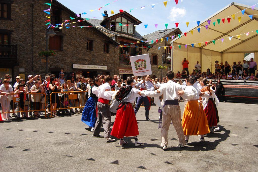 L'any 1969 el Jovent d'Ordino va proposar al Quart traslladar els tres dies de festa que es feien per Sant Corneli i Sant Cebrià, el 16 de setembre, data en què se celebra la Festa Major del poble d'Ordino, al primer cap de setmana de juliol coincidint amb les festes del Roser.