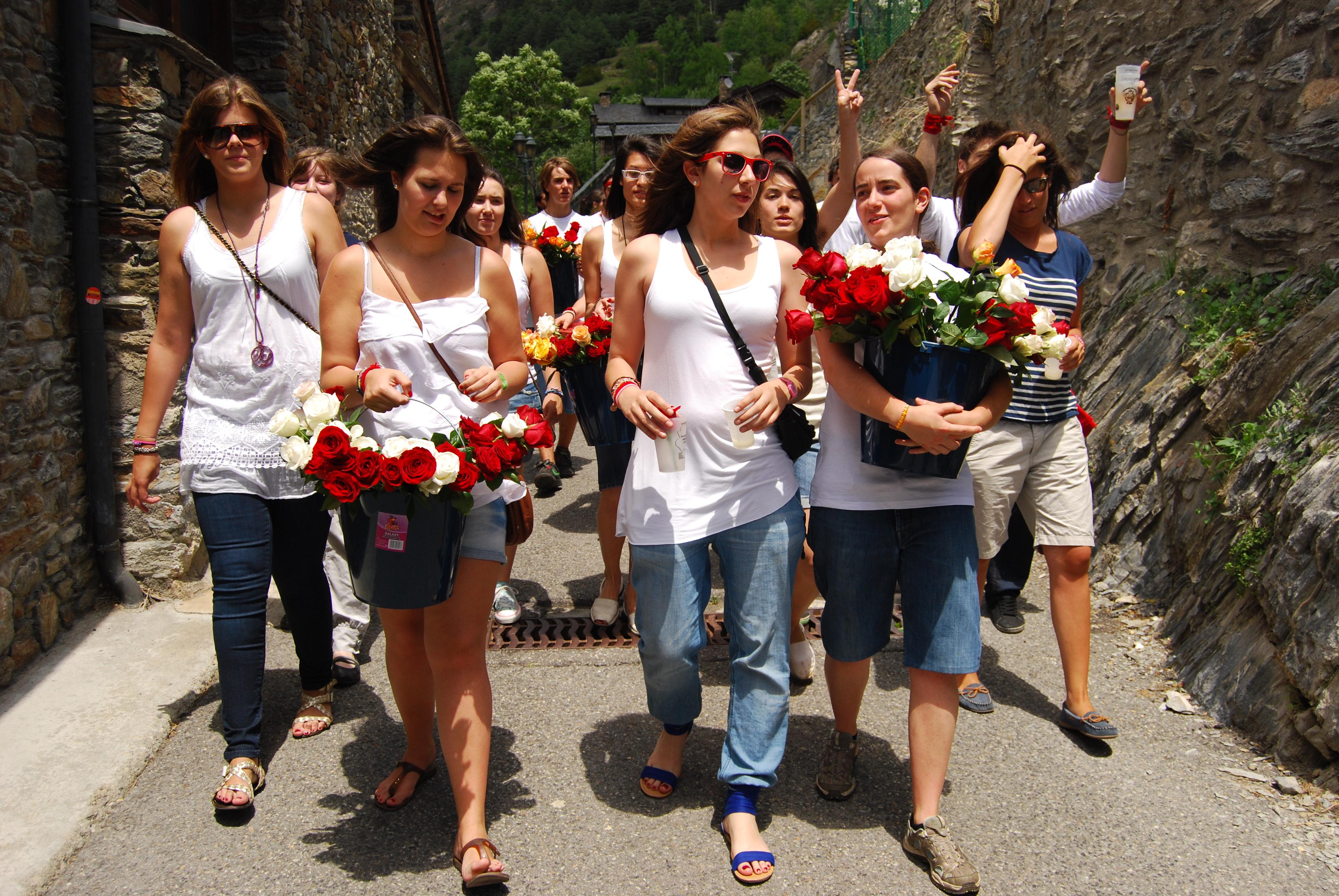 La festivitat del Roser entronca directament amb la devoció a la Mare de Déu del Roser, un culte marià que a Ordino esdevé una festa molt arrelada al poble amb la rosa com a element essencial.
