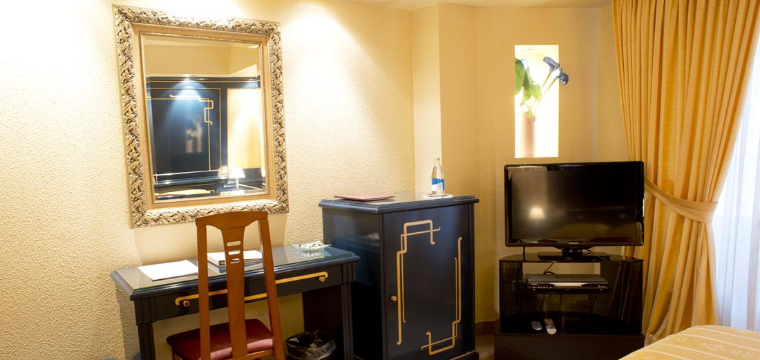 A Casa Canut trobareu la càlida acollida d'un petit hotel familiar, que farà de la vostra estada un record especial. Conjugant l'estil amb el luxe dels petits detalls, cadascuna de les 32 habitacions recrea un entorn únic i personalitzat amb mobiliari de dissenyadors de renom internacional.