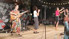 Magnífica actuació de Maruja Limón Nit a Gràcia / BCN #escaldesengordany #Escaldes #colorsdemusica #andorra @maruja.limon Sota l'esperit multicultural del barri, Maruja Limón porta influències musicals que transiten entre els ritmes llatins, la música mediterrània i el pop