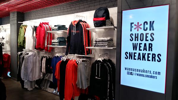 Wanna Sneakers, la cadena de tiendas de moda deportiva que auspicia la central de compras Base Detall Sport, acaba de iniciar su expansión internacional desembarcando en Andorra de la mano del socio de dicha central, el propietario de Base Olympia Sport. Como ya apuntaba CMDsport a través de esta web a principios del pasado mes de julio, la cadena de tiendas de moda deportiva que impulsa la central de compras y servicios, Base Detall Sport, acaba de hacer efectivo aquel desembarco en Andorra anunciado. El nuevo establecimiento ha sido abierto por el socio de la enseña, Olympia Sports. El nuevo estavblecimiento, de 90 metros cuadrados, está en el centro comercial Olympia Centre del Pas de la casa.