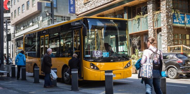 La línia interurbana d Andorra al Pas de la Casa torna avui a l'horari habitual la primera sortida és a les 6 15 hores i l'última a les 21 20 que el bus ja no passi pel centre d'Escaldes és un problema