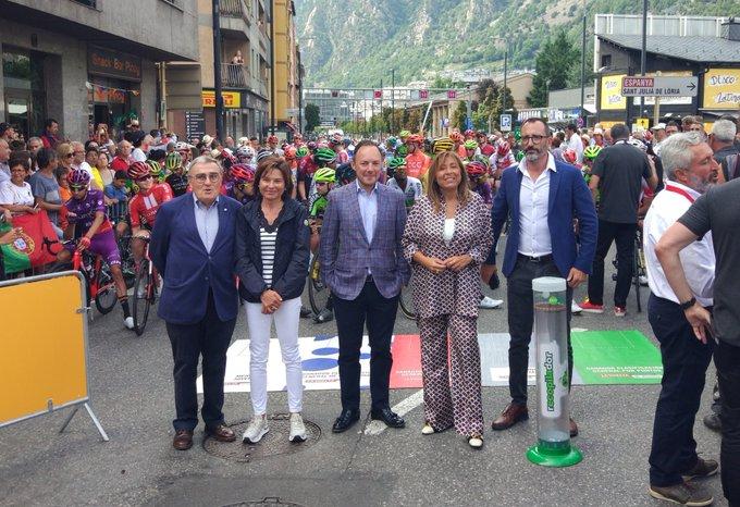 El cap de Govern, Xavier Espot, i la cònsol major d'Andorra la Vella han inaugurat la 9a etapa de @lavuelta, que es fa íntegrament en territori andorrà. Els ministres Canals i Filloy i l'ambaixador d'Espanya també s'han acostat a donar suport als esportistes