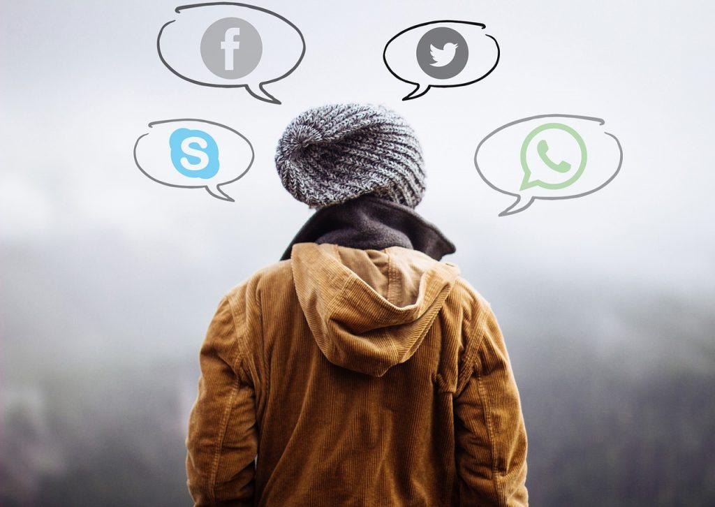 El próximoWanacry Albert Rivera, el líder de ciudadanos, denunció hace unas semanas que le habían hackeado el WhatsApp, accediendo a todos sus contactos y conversaciones privadas. Una práctica que se conoce ahora públicamente, pero que afecta desde hace meses no solo a políticos sino que a importantes empresarios españoles. De hecho, los expertos en ciberseguridad con los que ha hablado EL ESPAÑOL indican que WhatsApp tiene tantos problemas de seguridad que puede convertirse en el próximo Wanacry de las empresas, el virus que en 2017 paralizó a compañías como Telefónica. Fue un ataque mundial que se coló a través de los correos electrónicos. Un ataque a WhatsApp es mucho más sencillo de realizar ya que está presente en prácticamente todos los dispositivos móviles de todo el mundo. Las fuentes consultadas por este periódico indican que hasta ahora las grandes empresas han callado, pero que el hackeo a las cuentas de WhatsApp es mucho más común de lo que parece y que incluso ya se han pagado rescates de varias decenas y centenares de miles de euros por fotos, vídeos, mensajes y conversaciones de los afectados, muchas veces directivos de primer nivel como el 'amigo' de la ficticia Ana de la que hablamos al comienzo de esta historia. Y es que es sumamente fácil acceder a WhatsApp y que hay cientos de usos que se hacen posteriormente de los datos obtenidos. Una vez que se los hackers tiene acceso a una agenda de contactos de un personaje influyente, como le sucedió a Albert Rivera, todos sus habituales interlocutores están en peligro y la suplantación comienza a gran escala. El caso de Albert Rivera Siguiendo con el ejemplo de Albert Rivera, los autores del hackeo conocieron el número de su teléfono asociado a la cuenta de WhatsApp (conseguido probablemente tras hackear otro teléfono que tuviese su contacto) y lo asociaron a un terminal en su poder, para luego denunciar a Rivera alegando que ellos eran los auténticos dueños. Esto activa un procedimiento de seguridad envi