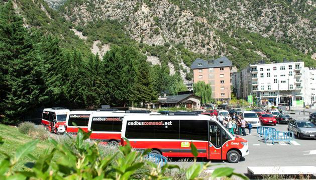 Els vehicles tenen uns destacats colors blanc i vermell. ANDORRA LA VELLA Actualitzada 01/09/2019 a les 06:50Avui s'inicia el nou servei d'autobús comunal d'Andorra la Vella amb la nova flota de sis vehicles i a un preu del bitllet senzill de 10 cèntims. Els autobusos estan equipats amb totes les necessitats, com ara wifi o bé desfibril·ladors. El servei oferirà tres línies diferents: la Margineda (LM), Serradells (LS) i Ciutat de Valls (LV).
