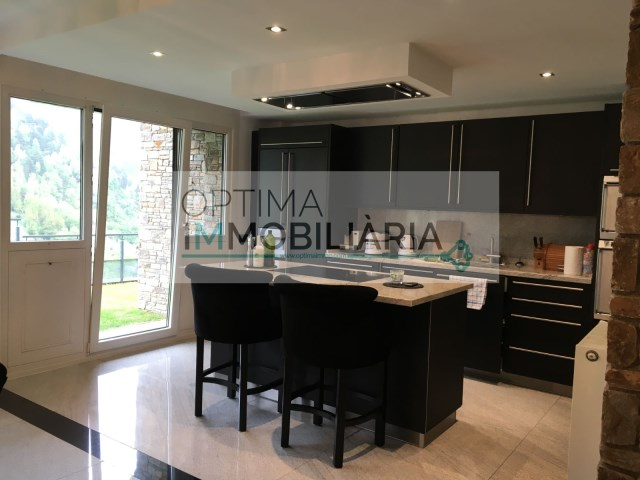 Òptima Immobiliària compra venda de casa unifamiliar situada a la Cortinada ORDINO orientació Sud-est altitud 1.350m. Construcció de ciment armat folrada de pedra i fusta