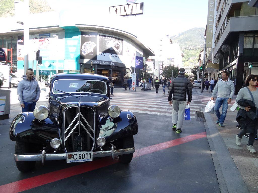 Andorra es un país donde la inversión inmobiliaria esta fomentada por sus dirigentes, hay muchas oportunidades muy interesantes. Antes de embarcarse en un proyecto de compra o de residencia fiscal en Andorra, conviene conocer el conjunto de normas que regulan el sector, el conjunto de documentos administrativos estando en catalán. Aquí tiene clasificados los elementos imprescindibles sobre la fiscalidad y los impuestos en Andorra. Los diferentes impuestos y tasas en Andorra En Andorra, los principales impuestos relacionados con la residencia y el hábitat que las personas y empresas deben de pagar son los siguientes. El impuesto sobre la renta de las personas físicas (IRPF) El IRPF, impuesto sobre la renta de las personas físicas instaladas en Andorra, ha sido introducido en la fiscalidad andorrana en 2015 y constituye uno de los impuestos principales en Andorra. Está calculado sobre la renta que toda persona física es susceptible de generar, y particularmente : la renta de una profesión o una actividad correspondiente a la suma de la remuneración, salarios y primas; la renta relacionada a la explotación de bienes inmuebles, principalmente propiedades en alquiler; la renta proviniendo de ciertas actividades como las actividades comerciales, profesionales o todavía de administración; la renta derivada de los bienes y derechos mobiliarios así como los intereses bancarios. No entran en el IRPF : las adquisiciones a título gratuito (herencias, donaciones) y la renta proviniendo de la cesión de bienes inmuebles. Según la fiscalidad andorrana, este impuesto está limitado a 10%. Es nulo por debajo de la acumulación de 24 000€ de renta por año, y su índice aplicado es de 5% por la renta comprendida entre 24 000€ y 40 000€ por año. Finalmente, las personas sometidas al IRPF son la siguientes : las que residan en Andorra durante más de 183 días durante el año natural; las personas ejerciendo una actividad económica en el Principado, o que poseen intereses económicos que les pe