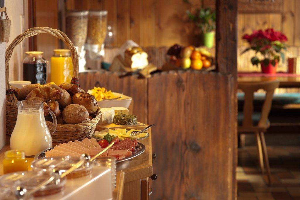 El distintiu de sostenibilitat a Andorra per allotjaments turístics i hotels és un mecanisme voluntari de valoració i qualificació ambiental, que de manera oficial, certifica que aquell producte i servei és considerat com a més eficient mediambiental que la resta dins d'una determinada categoria