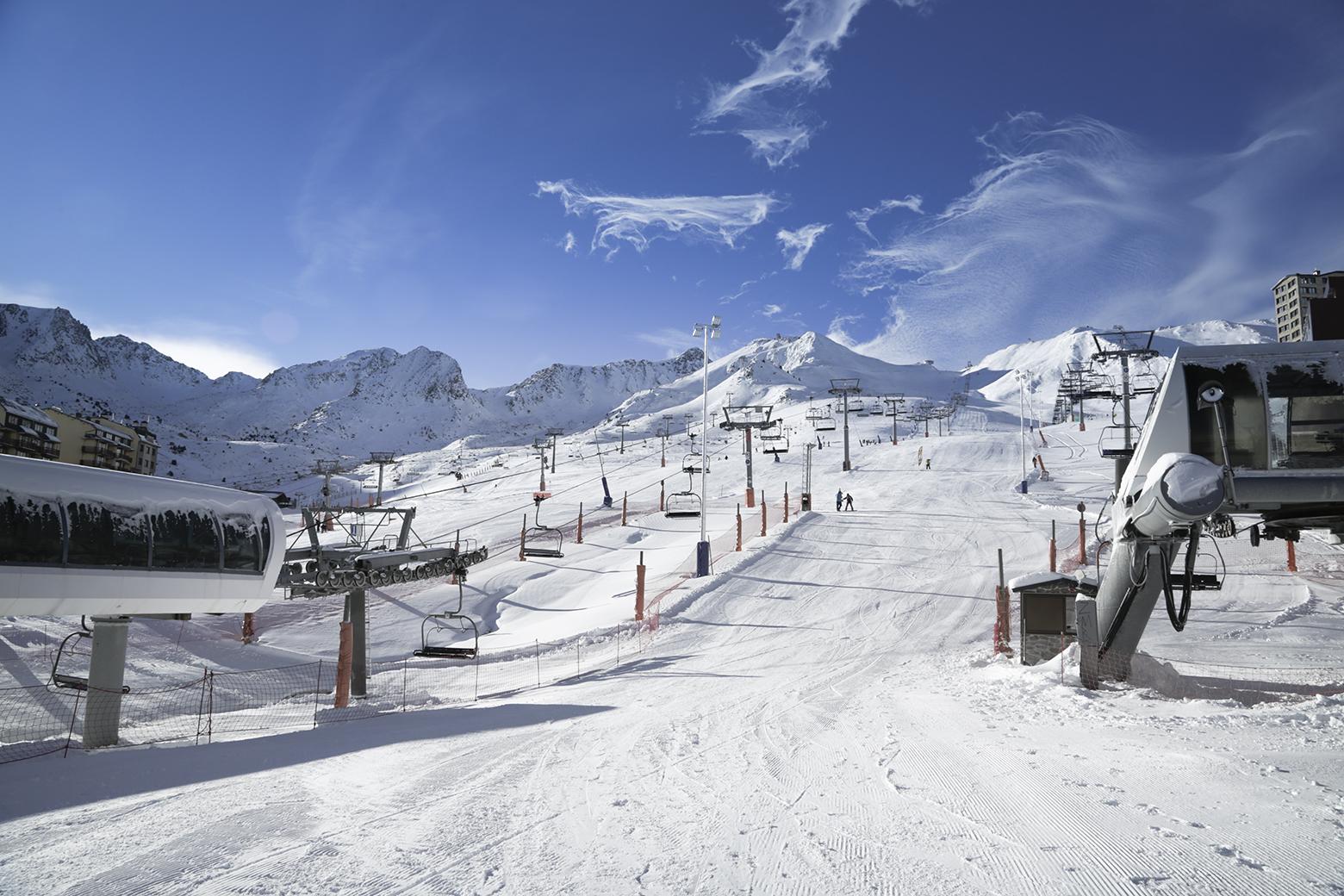 Grandvalira inaugura la temporada este sábado 23 de noviembre con la apertura parcial de los sectores Pas de la Casa y Grau Roig reserve ahora sus vacaciones de invierno en Hotel Roc Meler Canillo en Andorra.
