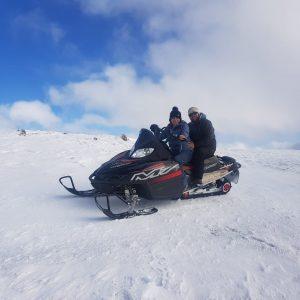 ¡Excursiones con motos de nieve en medio de paisajes nevados en Andorra! Las excursiones en moto de nieve son una actividad dinámica, en medio de parajes nevados, con espectaculares vistas con salidas desde el Port d'Envalira cerca del circuito de hielo y al lado del Restaurant Fra Miquel a dalt de tot del Cap del Port.