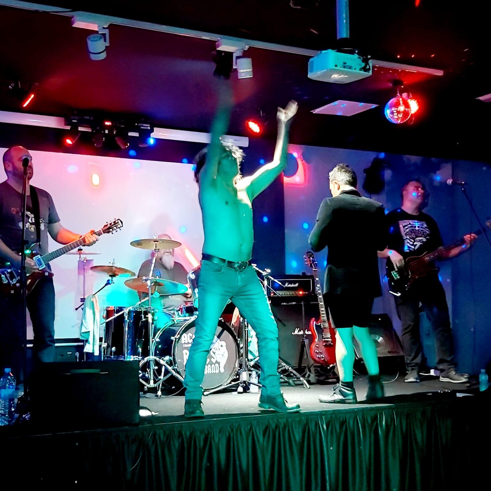 Energy Club Andorra ACDC tribut grup ROSIE'S música en viu copes, còctels, bolera, karaoke i festes. Amb ROSIE'S tornarem a l'època dels 70/80 #acdc #rock #rocknroll #gunsnroses #hardrock #angusyoung #music #srock #malcolmyoung #guitar #metallica #bonscott #metal #ledzeppelin #cliffwilliams #rockstar #rocker #rockandroll #gibsonsg #axlrose #vocals #legend #billbayley #ironmaiden #axlroseisonfire #brianjohnson #energyclub #energyandorra #andorraenergy