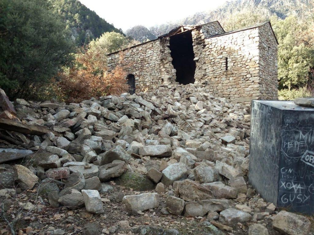 El campanar de l'església de Sant Vicenç d'Enclar s'ha esfondrat a causa de les fortes pluges.