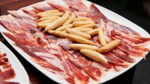 Beneficios para la salud de comer jamón curado ibérico de bellota de manera regular. Buenas proteínas, antioxidantes y ácido oleico el jamón ibérico alimento saludable con interesantes beneficios cardiovasculares
