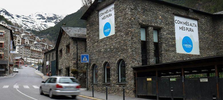 L'Espai d'Innovació d'Andorra impulsat per Actua ha obert aquest dimarts, 12 de setembre, les seves portes. Ubicat a la planta baixa de l'edifici de Caldea té una superfície de 250 metres quadrats distribuïts en dues sales. A la primera es troben les oficines de la Fundació ActuaTech, un espai de reunions i un atri amb una graderia amb capacitat per a una trentena de persones on tindran lloc les conferències i les presentacions. A l'altra sala, es mostra el vehicle autonòm que s'està testant a Andorra (el Persuasive Electric Vehicle -PEV), el CityScope amb la projecció de diversos projectes i també hi ha una zona reservada per als investigadors. En aquest primera jornada, han estat treballant conjuntament experts de FEDA, del Massachussets Institut of Technology, de l'Observatori Andorrà de la Sostenibilitat i de la Fundació ActuaTech. Paral·lelament alumnes de la Universitat d'Andorra han començat els preparatius d'una Lego Party on es farà una proposta de planificació urbanística de la zona escaldenca del Clot d'Emprivat. El secretari d'Estat per a la Diversificació Econòmica, Josep Maria Missé, i el director de la Fundació ActuaTech, Yann Baucis, també han presentat a la premsa andorrana l'Espai d'Innovació. D'altra banda, els dies 14 i 15 de setembre Andorra serà l'escenari del primer City Science Summit 2017, organitzat Massachusetts Institute of Technology amb el suport d'Actua, on experts internacionals mostraran exemples sobre com diverses ciutats dissenyen els seus espais del futur.  Aigües d Arinsal Andorra Farem cervesa i aigua i tenim al cap una beguda nacional