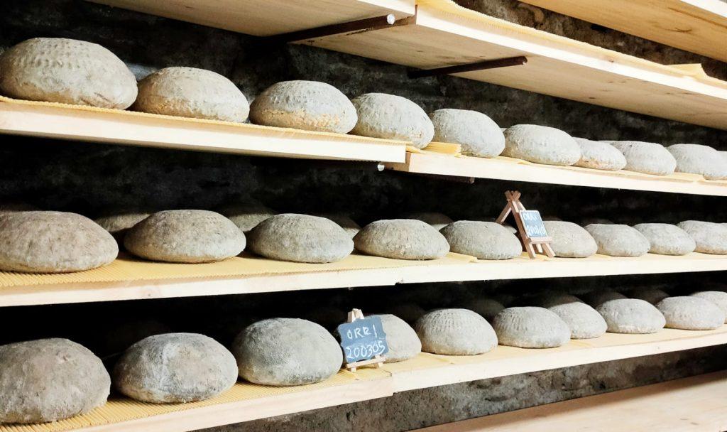 La formatgeria artesanal Casa Raubert s'ha hagut de reinventar amb el coronavirus. Després de dos anys de vida acaba d'entrar al mercat online.