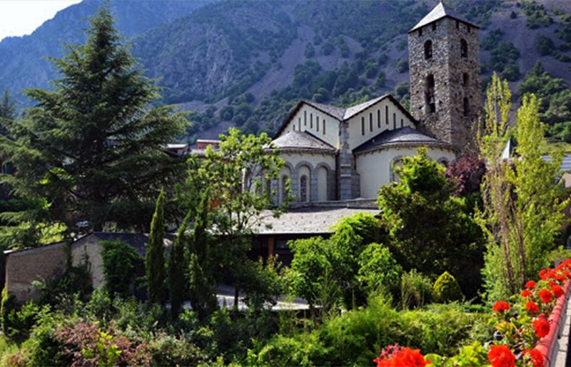Només dos familiars per cada un dels 52 difunts que ha deixat el coronavirus podran assistir al funeral d'Estat que l'Església de les Valls d'Andorra ha organitzat per aquest proper dilluns a les 8 de la tarda a l'església de Sant Esteve d'Andorra la Vella. La restricció d'assistents és per poder garantir les mesures de seguretat i distanciament al temple de la capital. La missa serà presidida per l'arquebisbe ad personam i Copríncep episcopal, Joan-Enric Vives, i hi ha prevista la presència de la síndica general, Roser Suñé, i del cap de Govern, Xavier Espot. Les persones que vulguin acudir a l'ofici religiós tenen de marge per aquest diumenge, en tan què familiars d'alguna de les 52 víctimes que ha deixat la pandèmia almenys fins ara, per comunicar la seva voluntat de ser dilluns a Sant Esteve. La comunicació s'ha de fer a través d'una adreça de correu electrònic que s'ha habilitat a l'efecte: funeral18@esglesiacatolica.ad. A banda de Vives, la missa funeral serà concelebrada per, almenys, set sacerdots més, representants, cadascun, de cadascuna de les parròquies del Principat.
