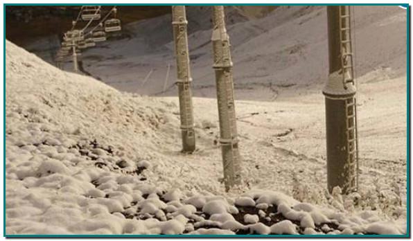 Andorra l'agost s acomiada amb nevades, després d'un bon estiu. El Pas de la Casa ha registrat avui diumenge una mínima de -1,1 graus. Andorra s'ha llevat amb les primeres nevades en el darrer tram de l'estiu. Durant aquesta nit, han caigut els primers flocs de neu a partir de la cota 2.200 en diferents punts del Principat. Alguns punts destacats del Pas de la Casa (on a més a més el termòmetre va registrar una caiguda fins als -1,1 graus) o de Naturlàndia, a Sant Julià de Lòria, van ser llocs on es van poder presenciar les innivacions, però no els únics. A les parròquies d'Ordino, Canillo i la Massana també hi va haver enfarinades. Per aquesta nit, s'estima que la cota de neu pugui tornar a baixar, situant-se entre els 2.600 i 2.300 metres, tal com informa el Servei Meteorològic d'Andorra. Així doncs, amb l'arribada de la neu, s'acomiada el mes d'agost al Principat. https://www.diariandorra.ad/noticies/nacional/2020/08/30/primera_nevada_temporada_166055_1125.html