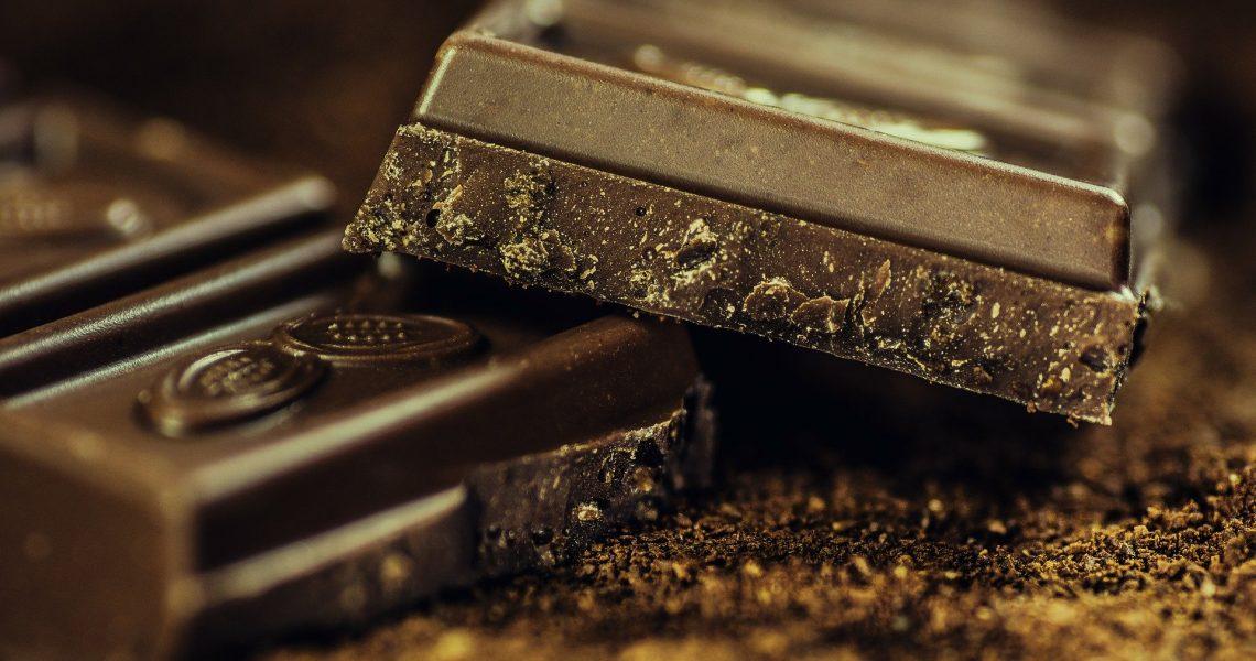 El 13 de septiembre se celebra el Día Internacional del Chocolate, una conmemoración que se remonta a los años noventa, cuando Francia quiso homenajear a Roald Dahl en el día de su nacimiento. Quizás ese nombre no sea muy conocido, pero fue el autor de títulos tan conocidos como Charlie y la Fábrica de Chocolate, ese extraño personaje que interpretó en el cine Johnny Depp. Curiosamente, el Día Internacional del Chocolate comenzó celebrándose en julio coincidiendo con el Día Mundial del Cacao, y en algunos países todavía se mantiene esa fecha a día de hoy. ¿Quieres conocer más sobre su origen y su historia? Te contamos algunas curiosidades más y beneficios que tiene para la salud. Se produce en los países en desarrollo Los principales productores de cacao son los países en desarrollo de África y América del Sur que gozan de un clima tropical, fundamental para el cultivo de este producto. A la cabeza del ranking, según los datos de la FAO, se sitúa Costa de Marfil, seguida de Ghana. Ambos países representan el 60 % de la producción mundial de cacao. Indonesia, que ha iniciado la producción de este producto hace pocos años, ha conseguido colarse en la tercera plaza, por detrás quedan Nigería y Camerún. En la segunda parte de la tabla se colocan los países americanos liderados por Brasil, seguido por Ecuador, México y Perú. Y se consume en los países desarrollados Sin embargo, los principales importadores son los Países Bajos, Estados Unidos, Alemania, Bélgica y Luxemburgo, según los datos del OEC (Observatorio de Complejidad Económica), que son los países donde se realiza la transformación del cacao en chocolate por lo que son, a su vez, los principales productores de chocolate. De hecho, solo unas pocas compañías multinacionales (Mars, Mondelez, Nestlé y Ferrero) dominan tanto la transformación como la producción de chocolate. Los alemanes son los principales consumidores en Europa. . . . #xocolata #xocolatandmore #xocolatà #xocolatablanca #xocolatadesfeta #xocolatada