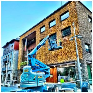 """Avui hem de felicitar el Comú d'Andorra la Vella per al seu treball enfocat a què a Andorra tinguem un Bon Nadal. En aquests moments no ho sabem, si podrem o no celebrar Nadal, però l'equip que dirigeix el Comú està fent la seva feina i posant Andorra """"guapa"""" i preparada per les properes festes de Nadal. (Si no ho podem celebrar doncs mala sort)"""