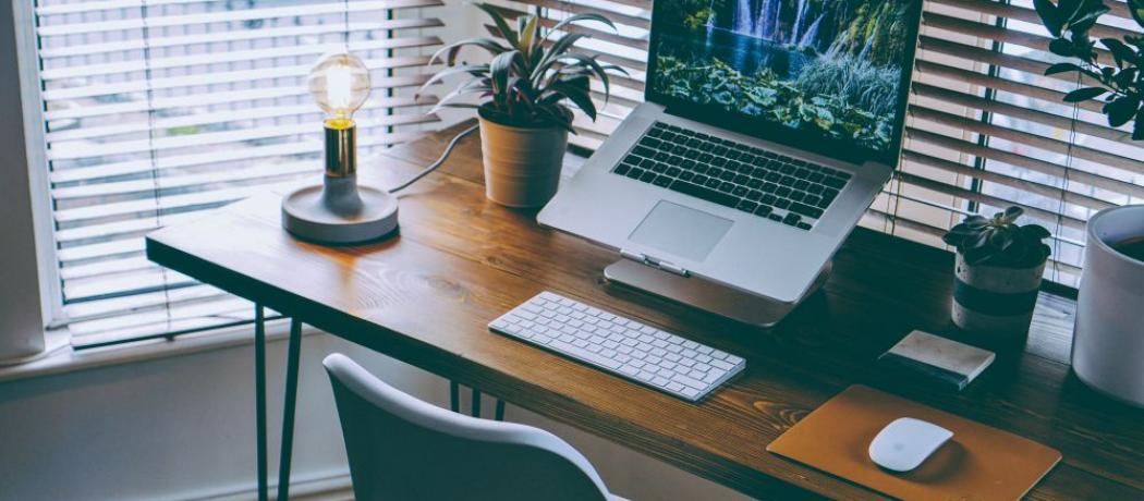 Comment aménager son bureau pour un télétravail réussi ? Votre espace de travail est le reflet de votre personne, alors il est temps de l'aménager de la manière la plus qualitative. Retrouvez toutes nos astuces pour améliorer votre productivité !