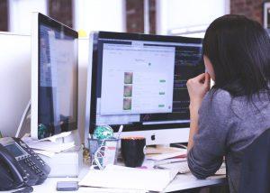 """Saps que són les pàgines web """"one-page""""? Són pàgines desenvolupades només en una pàgina. La informació va creixent en la vertical. Tenen gran impacte visual, és perfecte per començar a tenir una presència online en els primers passos del teu negoci."""