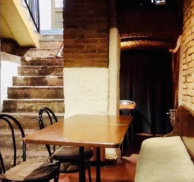 El Restaurant Les Voltes situat al cèntric edifici del casal de Guillem Borriana de Sabadell - A la carta trobaràs tota classe d'amanides, peixos i carns, com el filet de vedella amb formatge blau o la broqueta de rap i llagostins amb oli de cítrics