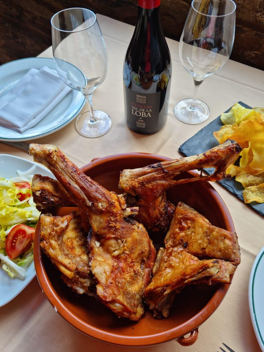 Restaurant Bordeta del Poble cuisine andorrane et catalane a Pal Arinsal Dans le centre du magnifique village de Pal en Andorre le restaurant la Bordeta del Poble vous servira une cuisine andorrane et catalane de qualité. Le lieu est magique tant en été qu'en hiver, entouré par de splendides montagnes le cadre est idyllique. Une grande baie vitrée vous permet d'admirer toutes ces beautés que la nature nous a donné d'apprécier. La cuisine n'est pas en reste bolets, lapin, trinxat, crème catalane, etc. la carte est bien remplies de quoi satisfaire vos envies culinaires.