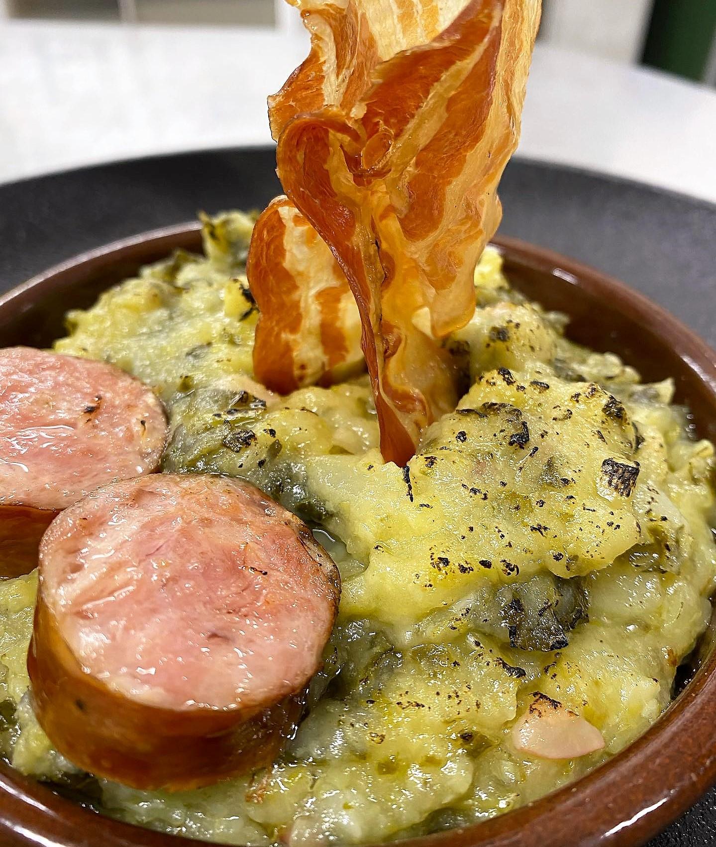 Amb tot just tres ingredients s'elabora un dels millors plats d'hivern que hi ha al receptari popular … 'El TRINXAT !!